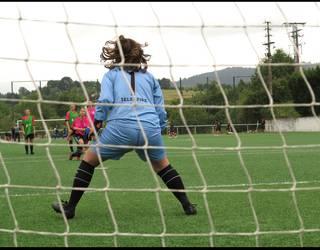 Futbolak eta elkartasunak bat egin dute Larrabetzun