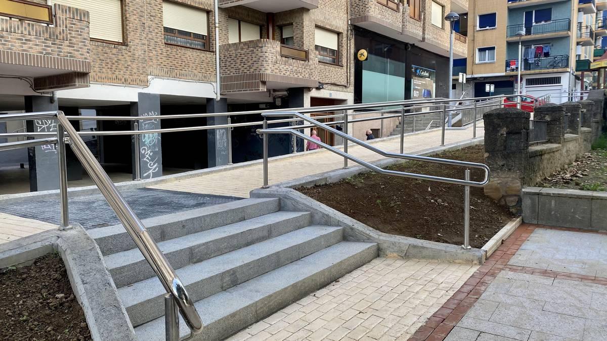 Herriko Plazaren irisgarritasuna hobetzeko lanak amaitu dira Derion